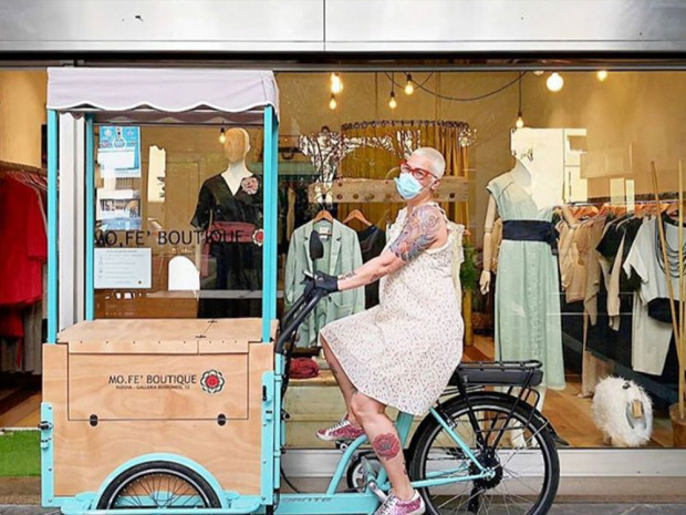 Federica Titolare Mofe Boutique con la Mofe Bike